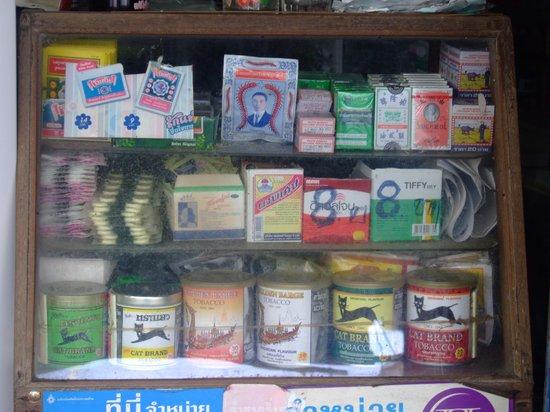 Thai Hotel Nakhon Si Thammarat: Витрина табачного магазинчека