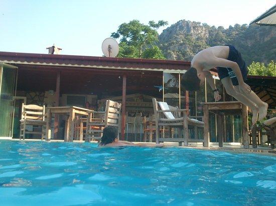 Keysan Yunus Hotel: havuza atlayış