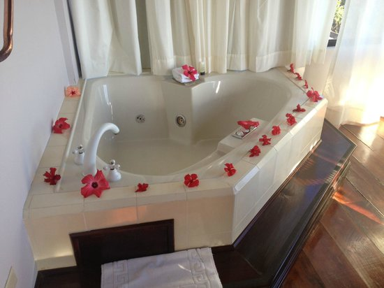 Royal Palm Hotel Galapagos: Jacuzzi decorated for our anniversary