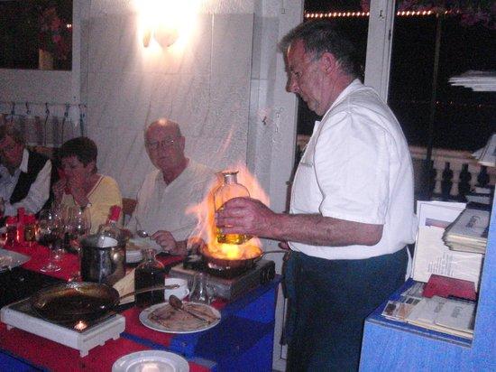 Daddy's Hobby: el cheff cocinando uno de sus platos flambeados en la mesa