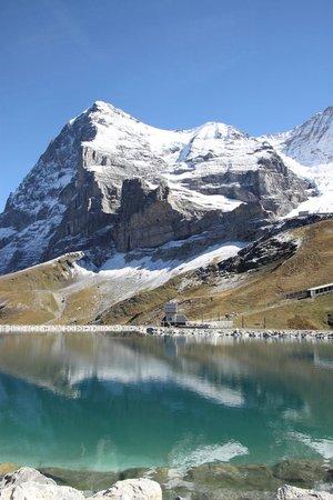 The Eiger: 人造湖に映る逆さアイガー