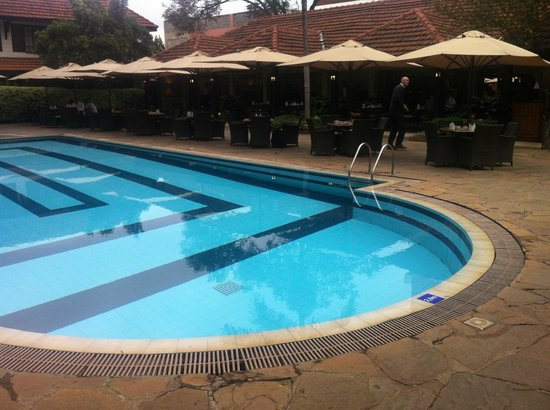 Southern Sun Mayfair Nairobi : the pool andm the dining area