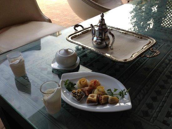 Riad O: Thé alla menta in terrazza con pasticceria Marocchina