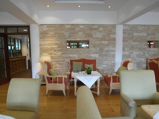 Hotel Quellenhof: Vor oder nach dem Essen in die Lounge