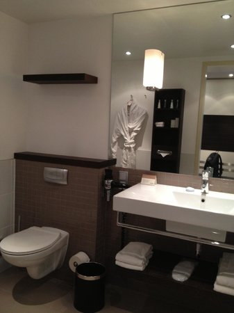 Movenpick Hotel Amsterdam City Centre: Bathroom with bath and shower