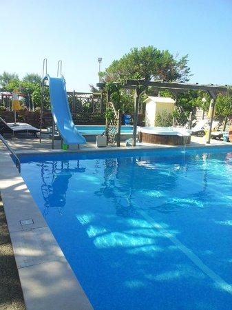 Hotel Vina del Mar Pineta: Piscina per adulti, alle spalle quella per i bimbi