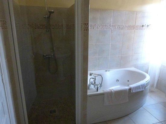 Chateau Eydoux : 2nd floor bathroom