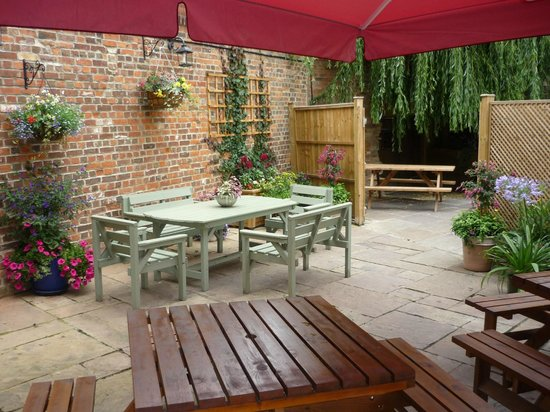 The Kings Arms: The beer garden
