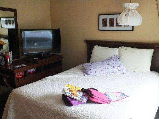Picket Fence Motel: Our daughter setting up her area, she chose her bed to be the one with tv :) great stay!