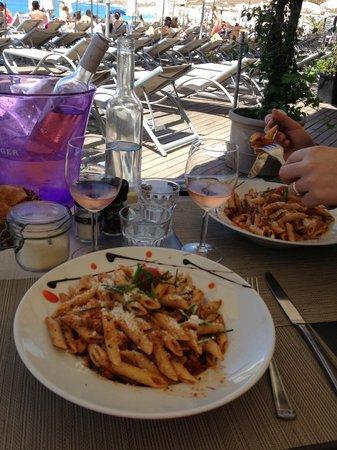 Castel Plage Restaurant: Penne au poulpe avec son petit rosé bien frais !