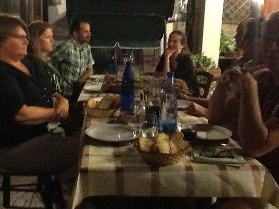 La Miniera Fiorita: het diner aan lange tafels, gezellig met alle gasten aan het speenvarken op kurk geserveerd
