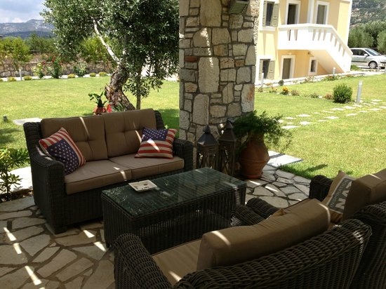 Elaia Villas: Barbecue&Sitting Area