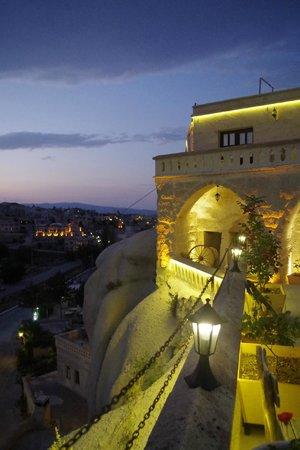SOS Cave Hotel: 夜景もロマンチック