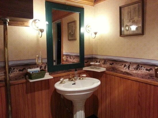 Featherbed Railroad Bed & Breakfast Resort : Bathroom