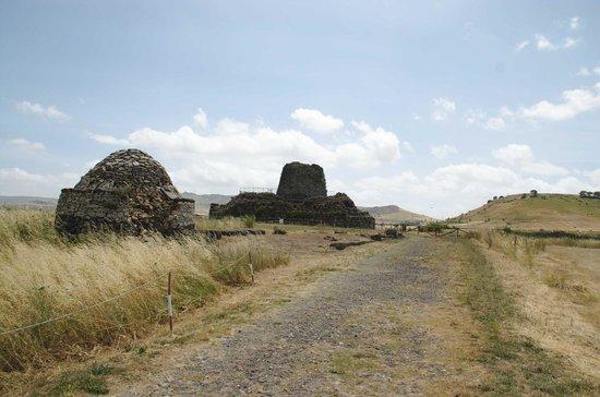Nuraghe Sant'Antine: la reggia vista dalla strada