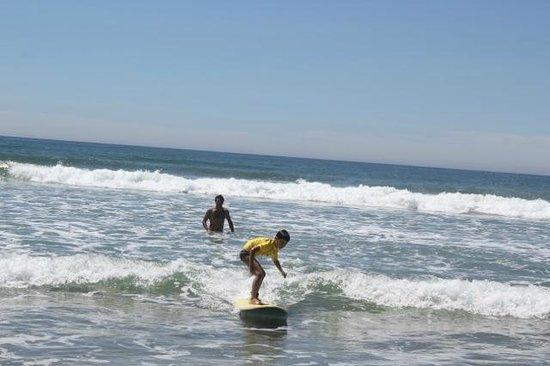 Praia Hotel Imbituba: Criançada fazendo aula de surf