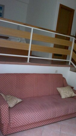 Dependance Villa Lovorka: camera e salotto a piani sfalsati