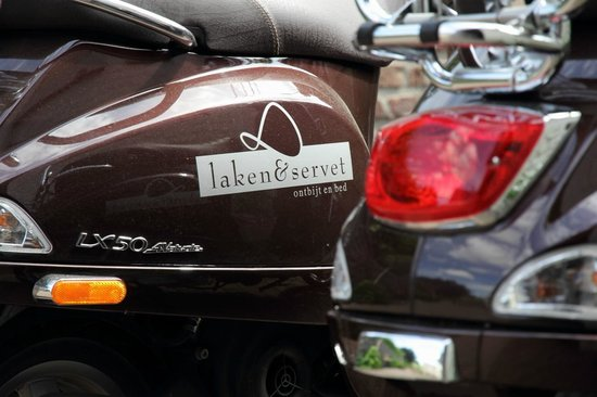 B&B Laken en Servet: Authentieke Vespa scooters