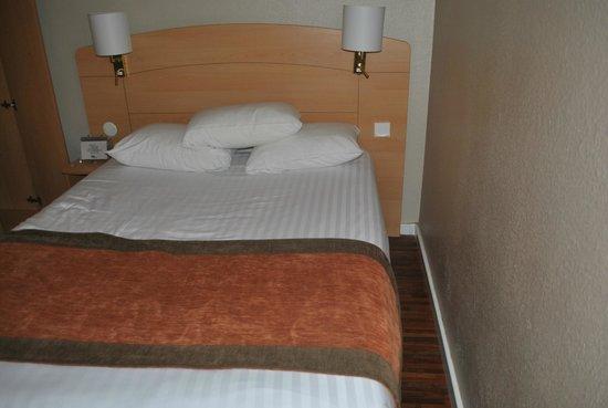 Kyriad Plaisir St Quentin En Yvelines : espace entre lit et mur !!!