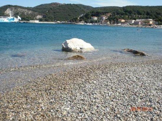 Punta Dei Barbari Residence: Spiaggia sul lungomare di Cavo