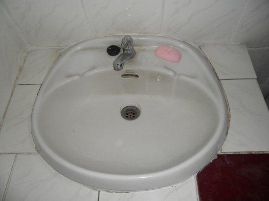 Kavil Guesthouse: calcare nel lavavandino e sporco vario