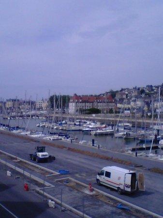 Ibis Deauville Centre : Blick auf Hafen und Casino vom Balkon
