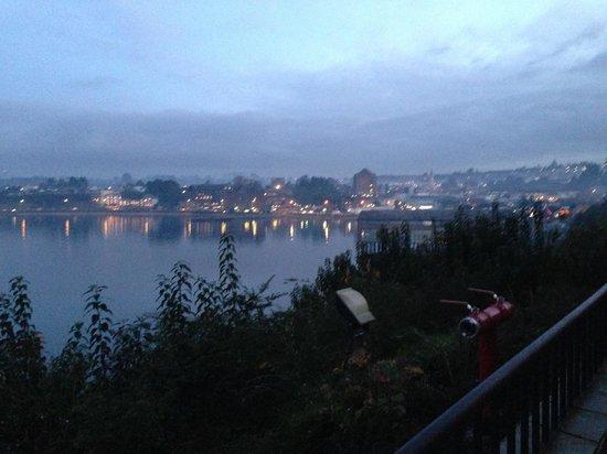 Hotel Cabana del Lago: Vista de atardecer en un día de temporal de lluvia