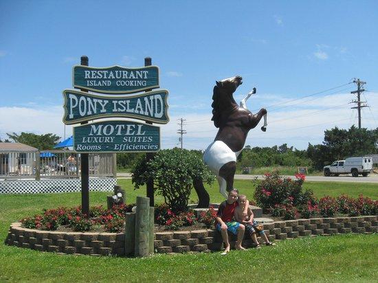 Pony Island Motel : motel sign
