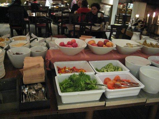 Original Sokos Hotel Helsinki: サラダ、パンは豊富に