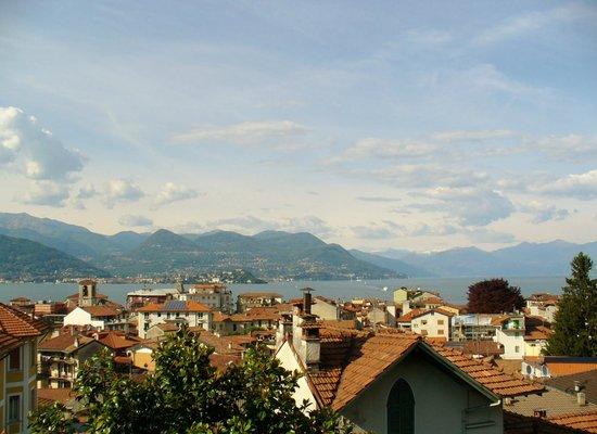 Hotel du Parc: Blick vom Balkon auf Stresa und den Lago Maggiore