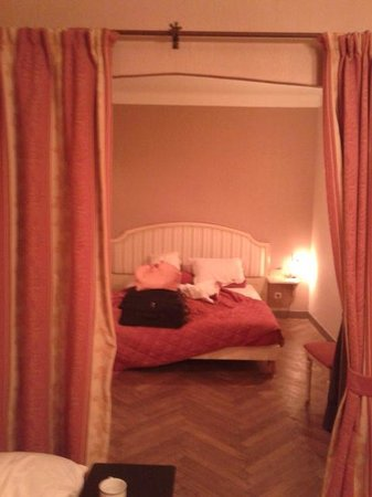 Auberge des Lices: Quarto com cama de casal