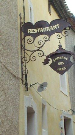 Auberge des Lices: Fachada do restaurante e entrada do albergue