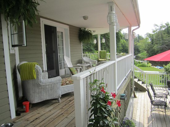 Rosseau's Northern Landing Bed and Breakfast: Porch area