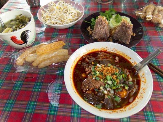 Pa Nual: Nam Ngiao with Khaeb Muu and rice