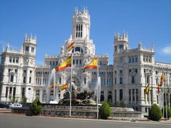 Edificio de correos y plaza de cibeles photo de palacio for Lugares turisticos de espana madrid