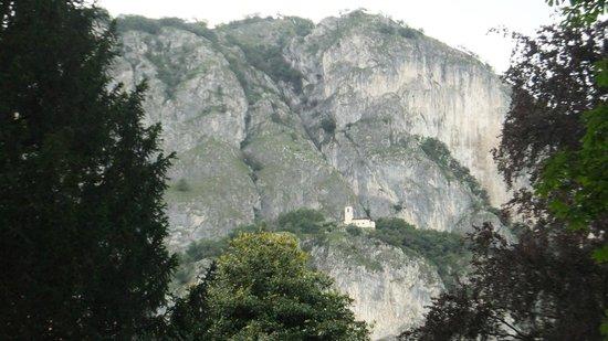 Menaggio : Little church above the town