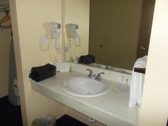 Howard Johnson Inn and Suites Central San Antonio: Decent sink area