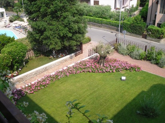 Residence Il Sogno : view of front garden from 315 balcony