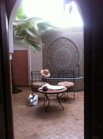 Riad Anya: il cortile secondario, sul quale si affaccia la camera Loubna.