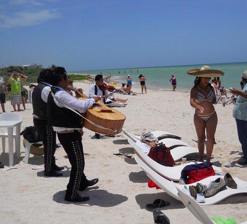Technotel Beach: Marachi band on the beach