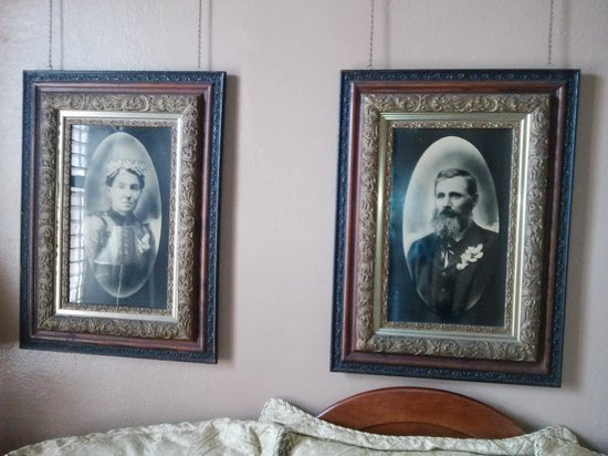 Nutt House Historic Hotel : Example of historic pictures throughout