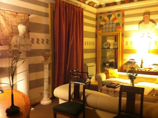 Casa de Madrid: Sala de estar de la suite Damasco por la noche