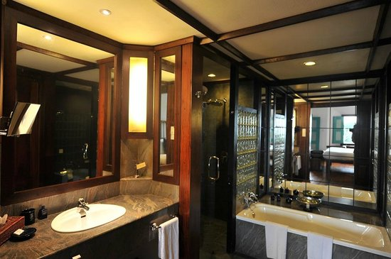 "Jetwing Lighthouse : ""Deluxe room"" - Salle de bain + salle de douche"