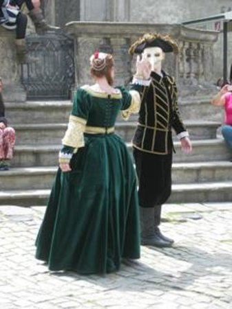 Gray Line Prague : Period dancers at Cesky Krumlov-Czech Republic