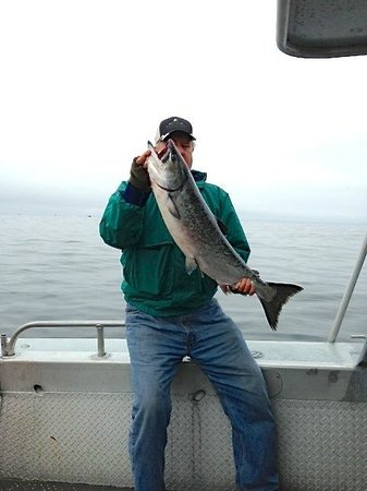Kingfisher Charters & Lodge: Larry with 32# king