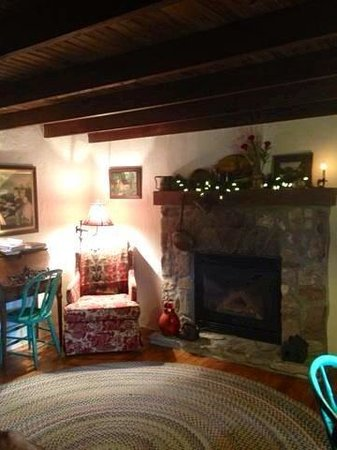 The Olde Stone Guesthouse: Quaint Living Room Area