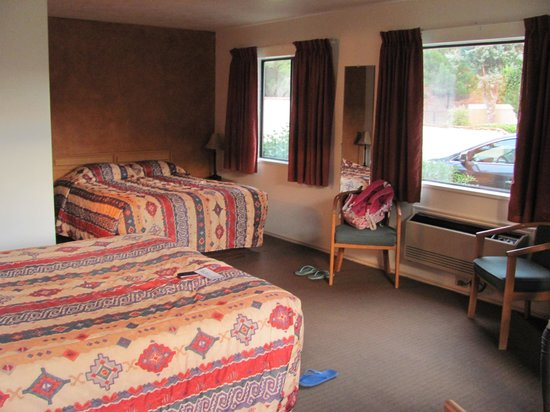 Canyon Ranch Motel: Corner room with two big windows