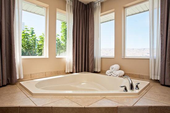 Holiday Inn Express Lewiston : Honeymoon suite spa tub