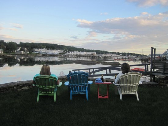 Harborage Inn on the Oceanfront: Sitting on the back lawn
