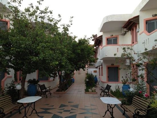 Palmira Apartments : entrance
